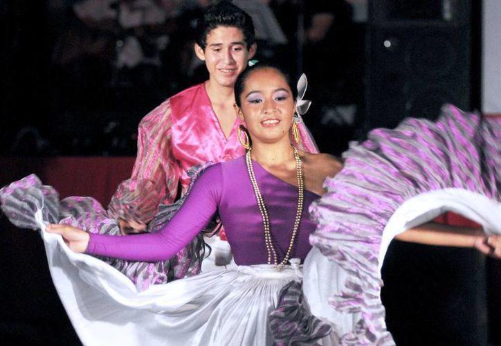 Los alumnos del taller de danza continúan ensayando. (Redacción/SIPSE