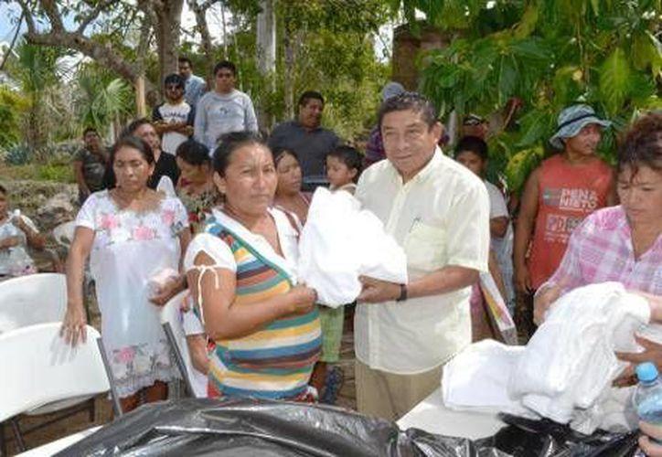 El alcalde Sebastián Uc Yam, entregando apoyos a las moradoras de Santa Isabel. (Redacción/SIPSE)