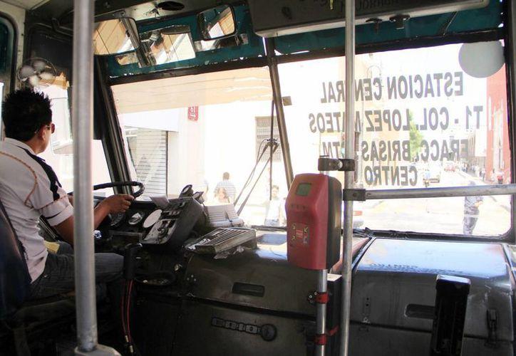Los operadores del transporte público deben evitar exponer a los pasajeros. Sancionan a los conductores por usar el celular mientras manejan. (Milenio Novedades)