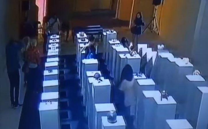 La chica perdió el equilibrio y provocó que las obras cayeran en 'efecto dominó'. (Foto: YouTube)