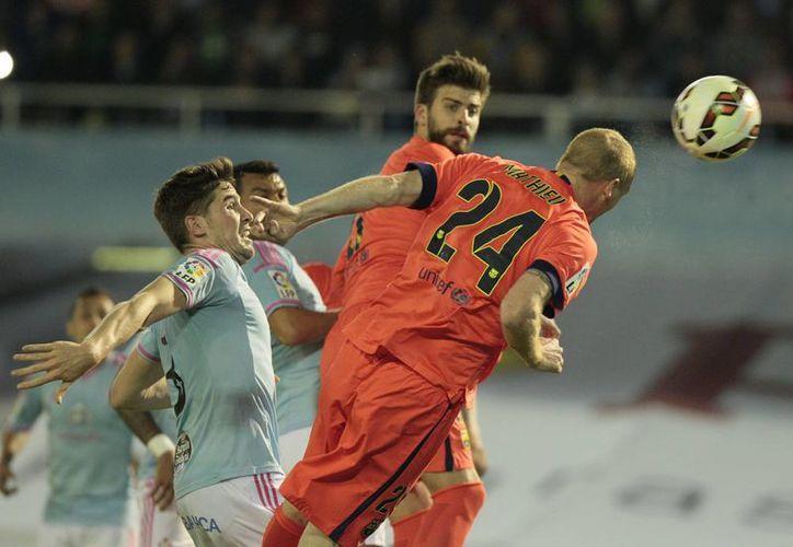 Jeremy Mathieu, a pase de Xavi, metió el único gol del Barcelona en la victoria 1-0 sobre Celta en la Liga de España. (Foto: AP)