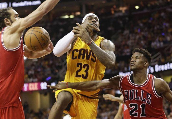 Jimmy Butler (21), de Bulls de Chicago, fue reconocido como el jugador que más ha progresado en la NBA. En la foto arrebata un balón a LeBron James en partido de playoffs. (Foto: AP)