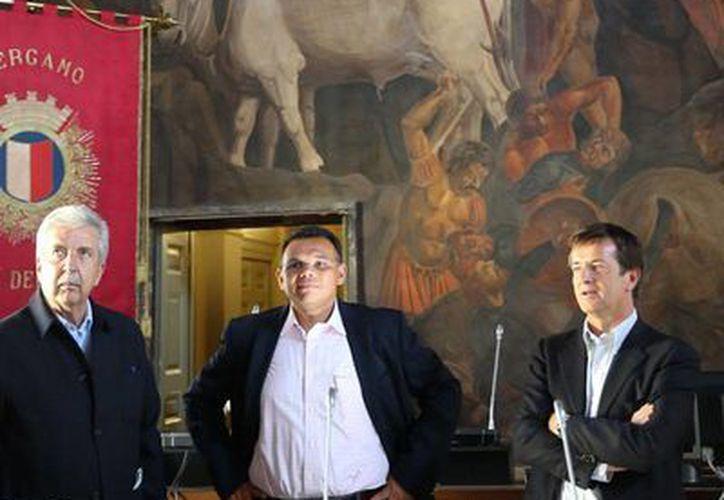 El gobernador de Yucatán, Rolando Zapata Bello (centro), visitó la sede del Gobierno de Bérgamo, en Italia, a donde viajó para establecer acuerdos de intercambio cultural, comercial y académico. (Milenio Novedades)
