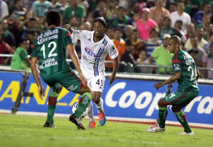 Ronaldinho (de blanco) ha ganado muchos títulos en su carrera, pero llega a Gallos Blancos en su etapa de veterano. (Foto de archivo de Notimex)