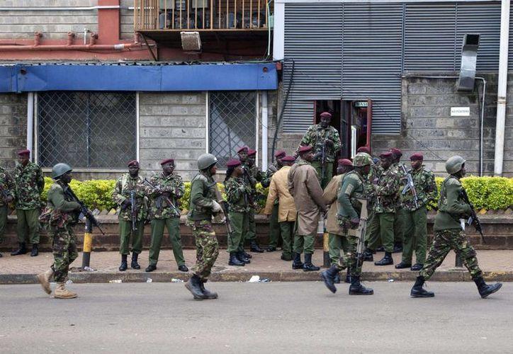 Personal militar de Kenia toma posiciones afuera de un centro comercial de Nairobi. (Agencias)