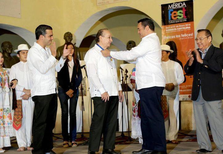 El alcalde Renán Barrera entrega la medalla Guty Cárdenas al maestro José Ignacio Rosel Milán. (Milenio Novedades)