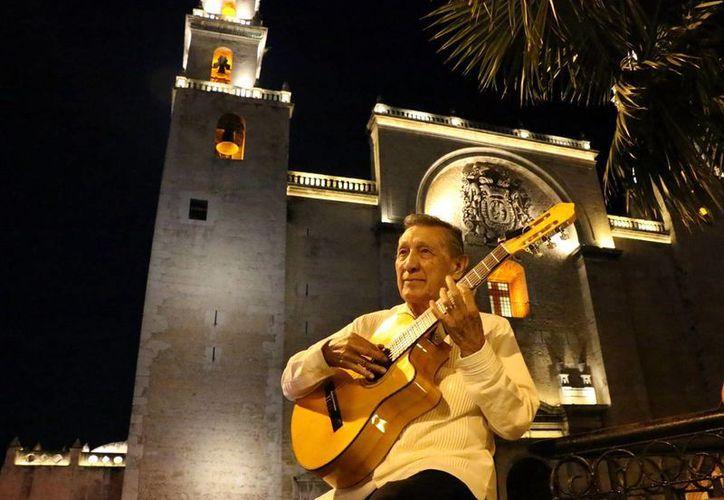 Gregorio Brito Durán, Goyo, como es universalmente conocido en el ambiente trovadoril yucateco, toca su guitarra en la Plaza Grande. (José Acosta)
