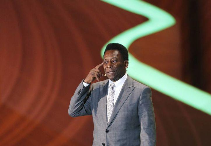 El tricampeón mundial <i>Pelé</i> intervino en el sorteo de grupos  del Mundial de Fútbol Brasil 2014 en Costa do Sauipe, Bahia. (EFE)