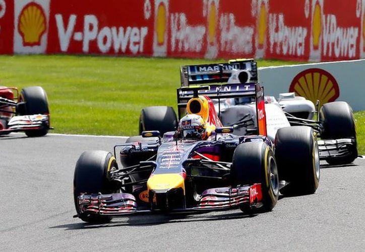 Daniel Ricciardo (adelante) ganó este domingo el Gran Premio de Bélgica en el que no parecía claro favorito. (EFE)