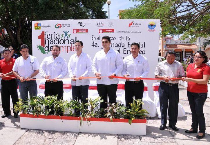 """Corte de listón de la """"Cuarta Jornada Estatal por el Empleo, Cozumel 2013"""". (Cortesía/SIPSE)"""