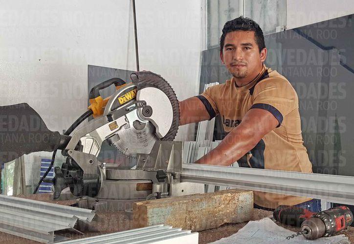 Ariel Antonio Leyva Morales cuenta con ocho años de experiencia en el oficio. (Jesús Tijerina/SIPSE)
