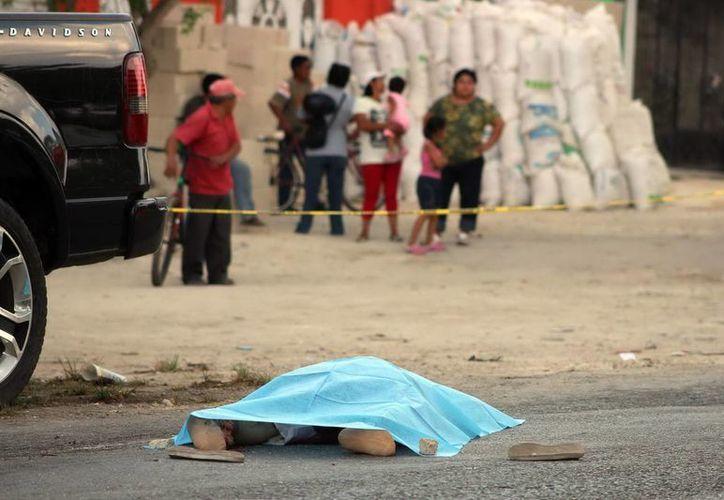 El cuerpo de la mujer quedó en el pavimento luego de que le pasara encima un autobús. (Milenio Novedades)