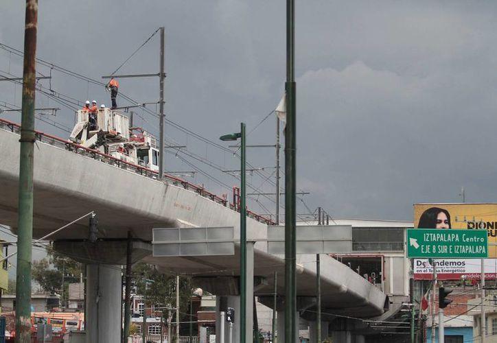 El GDF pidió más de mil 500 toneladas de rieles para la Línea 12 del Metro. En la imagen, trabajadores verifican el estado de las vías altas del sistema de transporte. (Archivo/SIPSE)