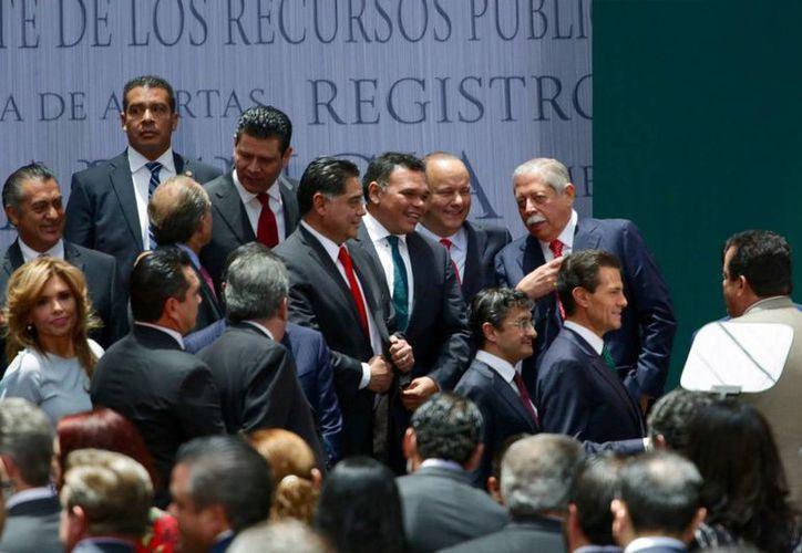 Con la nueva Ley de Disciplina Financiera, a cuya promulgación acudió el gobernador de Yucatán (c), se pretende moderar el endeudamiento de las entidades y reducir el costo del financiamiento para las administraciones locales. (Foto cortesía del Gobierno de Yucatán)
