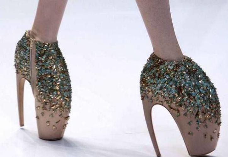 La muestra 'Shoes: Pleaure and Pain' (Zapatos, placer y dolor) revela la felicidad y pena de usar calzado, a través de un recorrido histórico-temático de 2,000  años por todas las regiones del mundo. (Fotografía ansa.it)