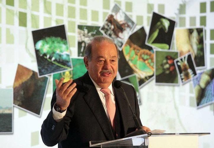 El número de millonarios en el mundo se ha duplicado, lo que amenaza el combate a la pobreza, asegura la organización Oxfam. La imagen es de Carlos Slim, el hombre más rico de México, y quien, si quisiera, con un año de ingresos podría pagar el salario completo de una año de 400,000 mexicanos. (NTX)