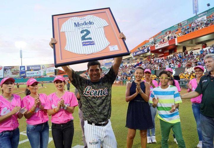 """Luis """"Rayo"""" Arredondo, tras ser retirado su No. 2 de los Leones. (Milenio Novedades)"""