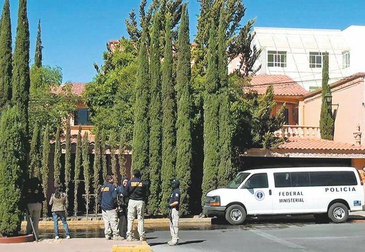 Agentes federales resguardan el domicilio del empresario, en Fresnillo, Zacatecas. (Milenio)