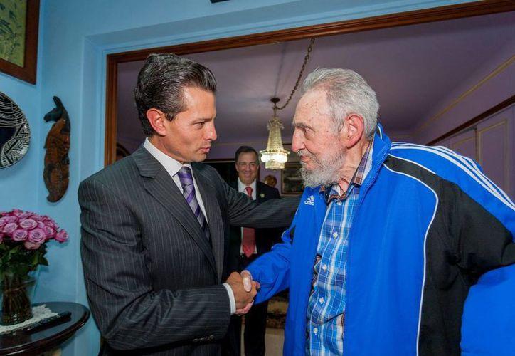 Fidel Castro, quien aquí aparece en una reunión con el presidente mexicano Enrique Peña Nieto, dijo que los miembros de la OTAN son 'el hazmerreír de Europa'. (Archivo/Notimex)