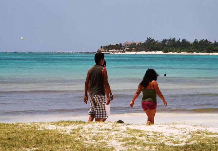 """Este martes el color del mar de la playa """"El Recodo"""" lució café, prestadores de servicios turísticos temen que sea por contaminación.  (Octavio Martínez/SIPSE)"""