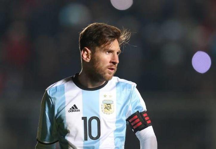 La renuncia de Lionel Messi a su selección ha causado bastante controversia en Argentina y el mundo entero. Sus seguidores piden su regreso. (Archivo AP)