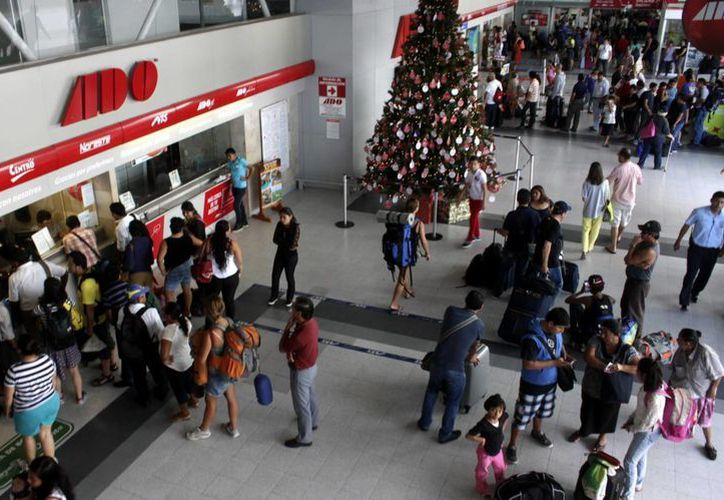 Los visitantes 'inundan' la terminal de Autobuses de Oriente (ADO) durante la recta final de las vacaciones de invierno. (Francisco Gálvez/SIPSE)