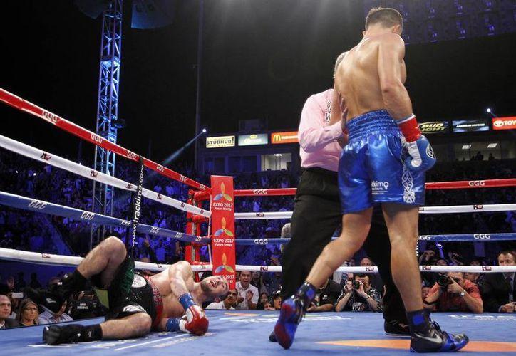 Gennady Golovkin es enviado a su esquina por el réferi Jack Reiss tras derribar a Marco Antonio Rubio en el segundo round de la pelea por el título de peso mediano. (Agencias)