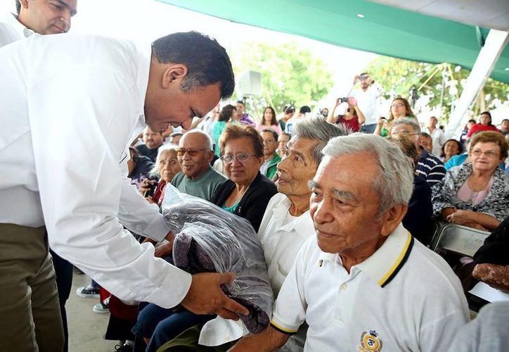 Rolando Zapata cobertores a ancianos y personas con discapacidad en la Universidad Tecnológica Metropolitana. (Milenio Novedades)