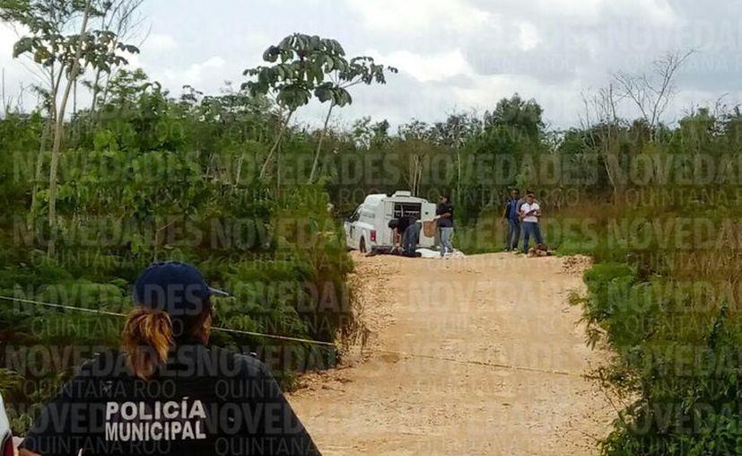 Personal del SEMEFO realiza el levantamiento de los restos humanos. (Foto: Eric Galindo/SIPSE)