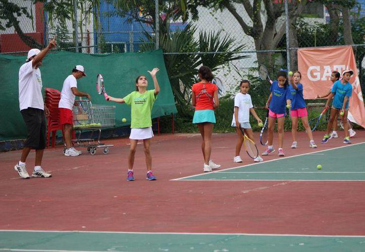 Instruyen a los menores para ser nuevos talentos del deporte blanco. (Raúl Caballero/SIPSE)