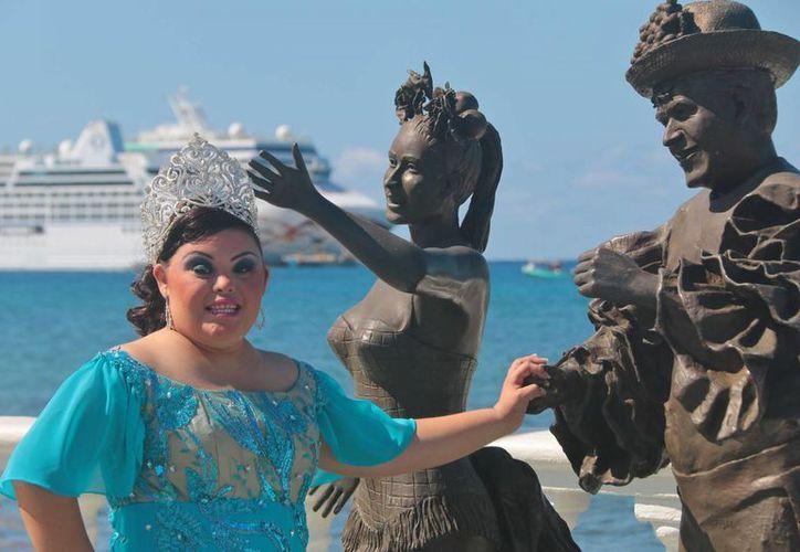 Leslie Noelia Salinas Villanueva, durante la grabación de un video en el malecón de la isla. (Gustavo Villegas/SIPSE)