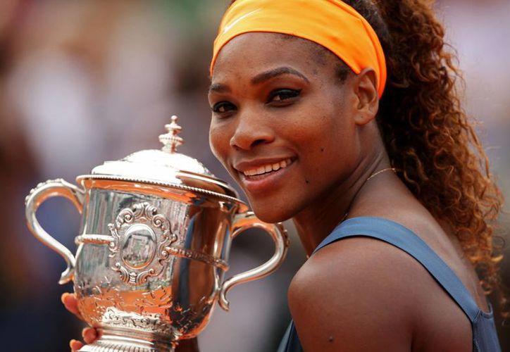 Serena Williams sigue como la tenista número uno del ranking de la WTA; en la foto Williams posa con el trofeo de Roland Garros. (masdeportesver.mx)