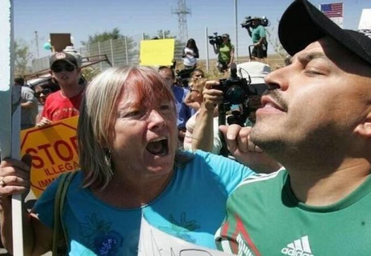 Imagen de Lupillo Rivera que confrontó a los antiinmigrantes que impidieron el paso de autobuses con indocumentados provenientes de Texas el pasado mes. (Archivo/ Agencias)