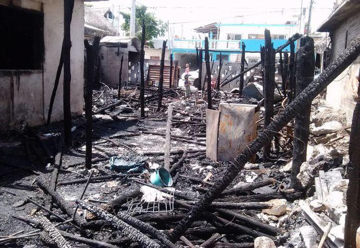 Un incendio iniciado a las dos de la mañana de ayer dejó sin hogar a 10 familias tulumnenses. (Rossy López/SIPSE)