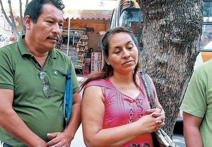 Desde hace dos semanas familiares de Aldo viven en un patio que hace las veces de sala de espera del Hospital General de Iguala. (Milenio)