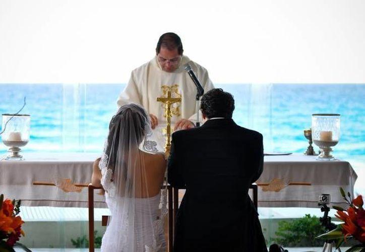 La oficialía del Registro Civil de Majahual registró alrededor de 10 bodas en la playa. (Archivo/SIPSE)