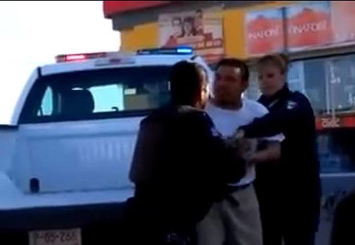 El hombre trato de evitar ser detenido, ya que alegaba que él no había hecho nada. (Captura de pantalla/YouTube/TIJUANA EN LINEA)