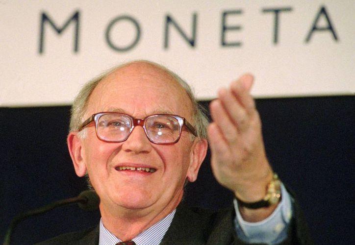 Imagen del presidente del Instituto Monetario Europeo (EMI), Alexandre Lamfalussy en 1997, quien falleció el día de hoy a los 86 años. Encabezó las bases para la llegada del Euro en Europa. (Foto AP/Bernd Kammerer, Archivo)