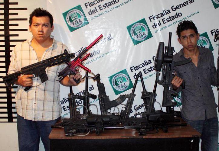 Con tanta arma larga en su poder, Balta y Ubaldo parecían 'Los Indestructibles', aunque sus rifles sólo disparaban pintura. (Cortesía)
