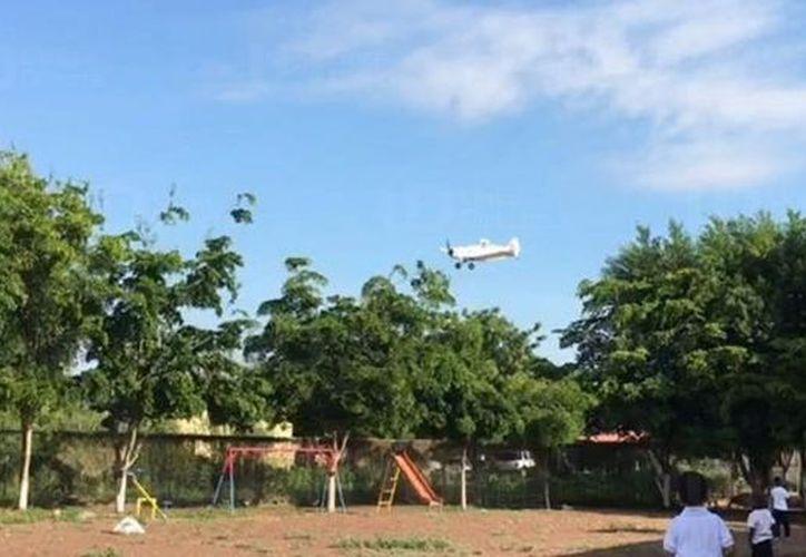 Maestros revelaron que no es la primera vez que avioneta arrojan químicos sobre la escuela y la zona. (Internet)