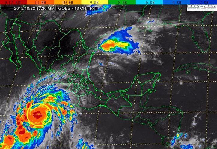 Imagen de satélite que muestra el gran tamaño del huracán 'Patricia' que, según la Comisión Nacional del Agua (Conagua) es el huracán más peligroso de la historia de México. (NTX)
