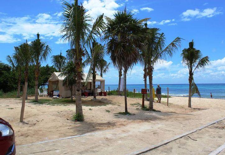 La playa Punta Esmeralda, es usada para ofrecer servicio de masajes. (Octavio Martínez/SIPSE)