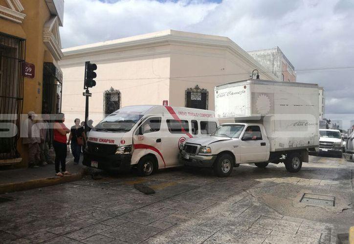 El accidente movilizó a paramédicos del municipio y a ambulancias. (Fotos: Patricia Itzá)