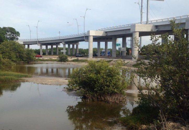 Vecinos se quejan por fallas en la construcción del distribuidor vial de la entrada a Progreso, obra que requirió una inversión de 150 millones de pesos. (Fotos: Milenio Novedades)