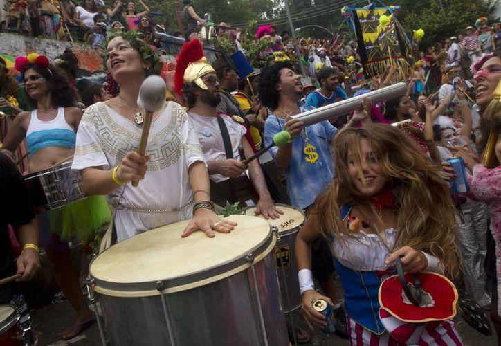 Superhéroes y todo tipo de personajes tomaron las calles de Rio. (Agencias)