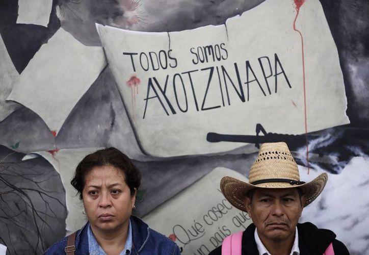 Dos familiares de algunos de los 43 estudiantes de Ayotzinapa desaparecidos, durante la conferencia que ofrecieron a las puertas de la PGR, el miércoles 16 de noviembre de 2016, en la Ciudad de México.(AP Photo/Rebecca Blackwell)