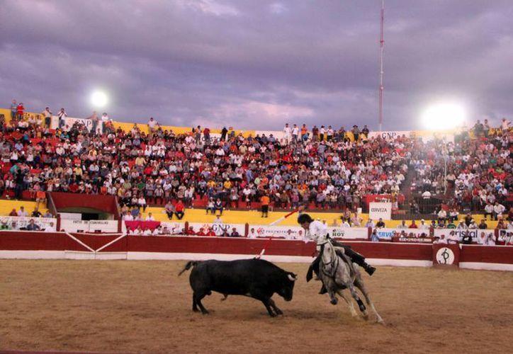 La Plaza de Toros Mérida tuvo un aforo de seis mil personas en la corrida de rejones de Año Nuevo. (José Acosta/SIPSE)