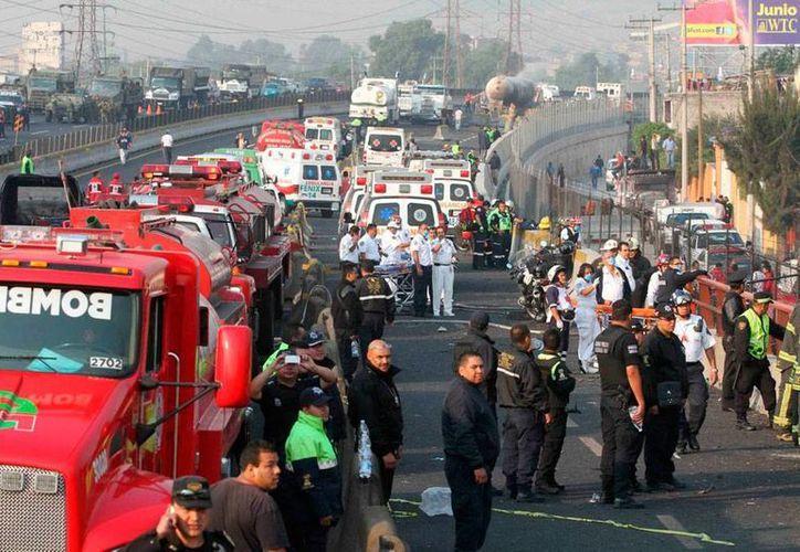 En mayo de 2013, el Estado de México tuvo un rojo amanecer: una pipa chocó, explotó y generó un incendio en medio de la carretera en Xalostoc. Hoy, el chofer quedó libre. (Archivo/Agencias)