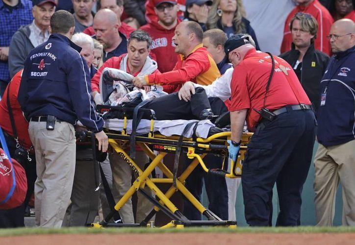 Una mujer resultó gravemente herida por el golpe de un bat que se quebró cuando Brett Lawrie, de los Atléticos de Oakland, bateó una rola a la segunda base, anoche, en el Faneway park. (AP)