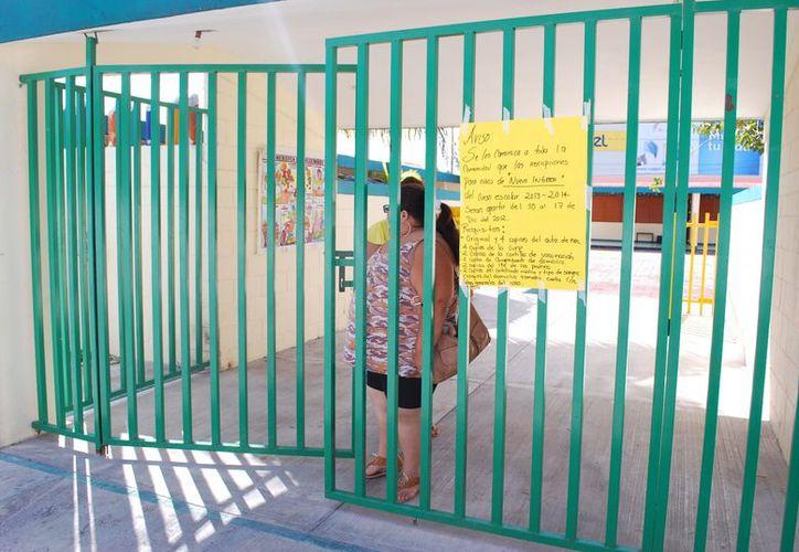 En las entradas de las escuelas se colocaron los requisitos para preinscribir a los menores. (Tomás Álvarez/SIPSE)